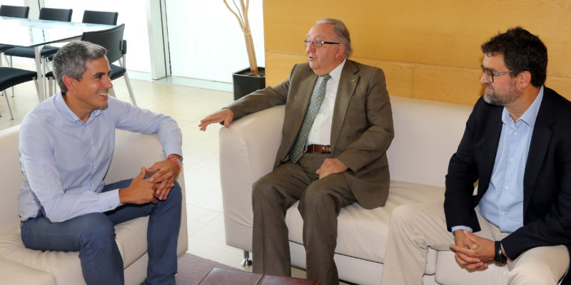 De izda. a dcha. Pablo Zuolaga, vicepresidente del Gobierno de Cantabria; Modesto Chato, presidente de UNATE; y Bruno G. Setién, responsable de proyectos de la entidad